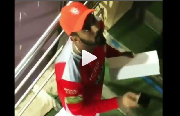 वीडियो- हार की निराशा में लोकेश राहुल ने प्रसंशको की तरफ फेंकी ट्राफी, वीडियो वायरल 15