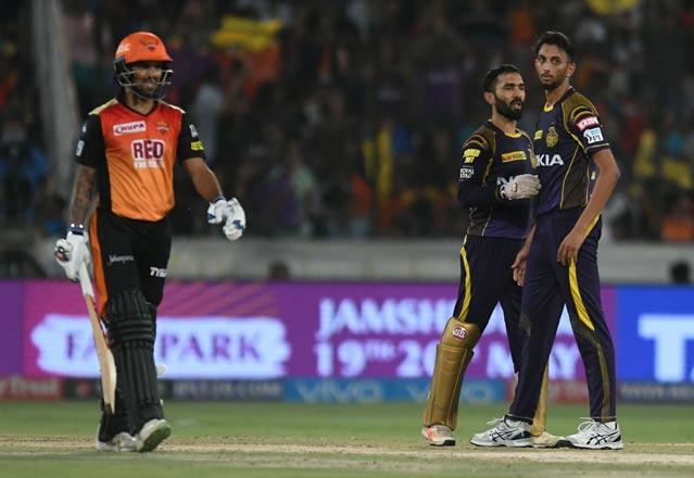 हैदराबाद के खिलाफ हार से कैप्टन कूल दिनेश कार्तिक ने खोया आपा इस युवा खिलाड़ी को दी गालियाँ, स्टम्प माइक में हुआ रिकॉर्ड 3