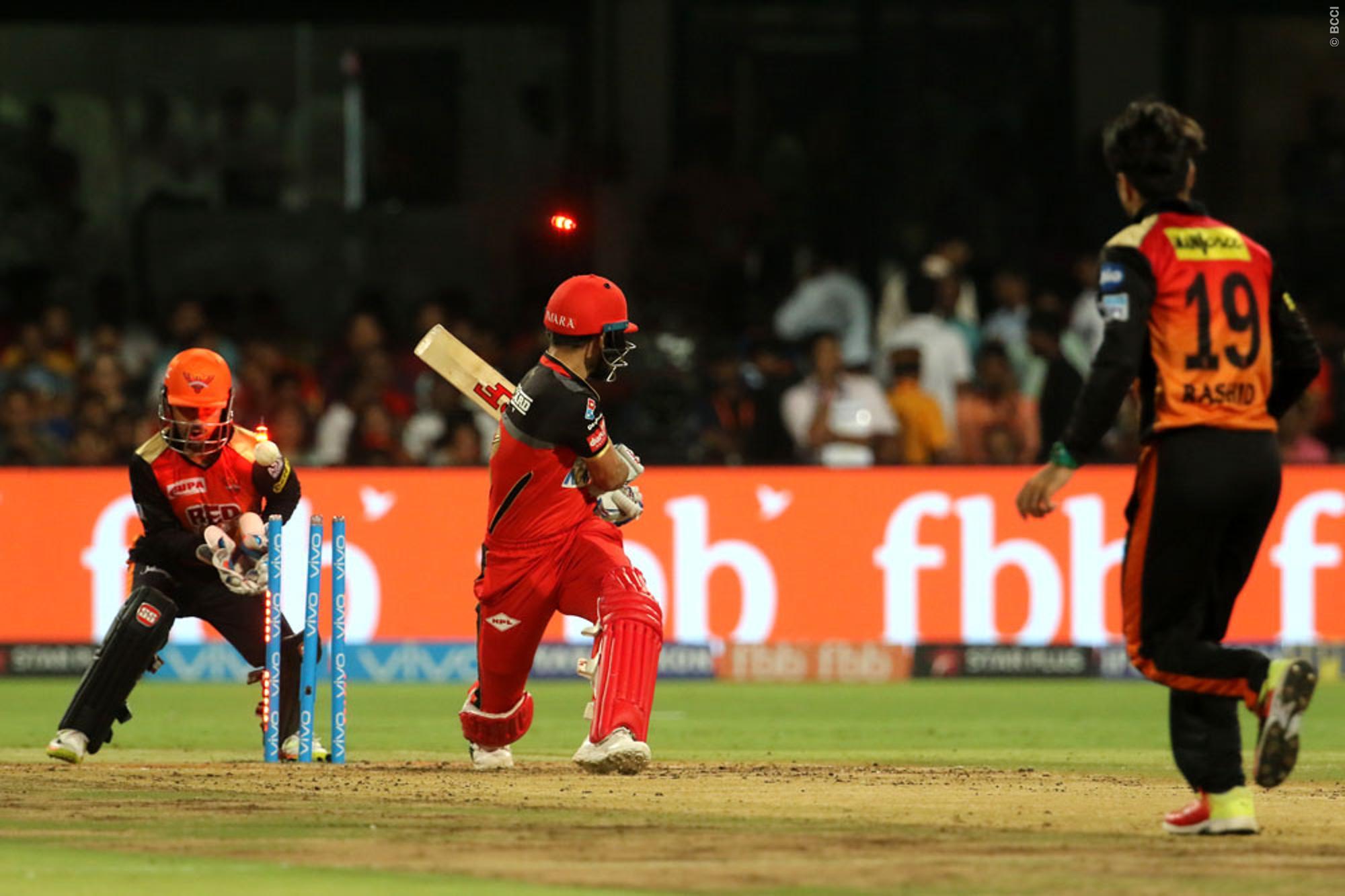 VIDEO: राशिद खान की इस करिश्माई गेंद ने किया कोहली को बोल्ड, स्पिनर के खिलाफ रहे है इस सीजन खराब आँकड़े 1