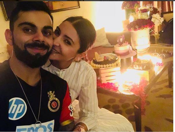 बैंगलोर के मैच जीतने के बाद अनुष्का शर्मा ने पति विराट कोहली के साथ कुछ ऐसे मनाया अपना पहला जन्मदिन