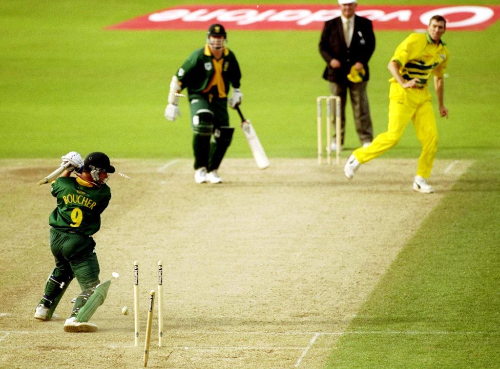 आज ही के दिन 20 साल पहले खेला गया था क्रिकेट इतिहास का सबसे रोचक मैच, जानिए मैच में कैसे रहा रोमांच अपने चरम पर 6