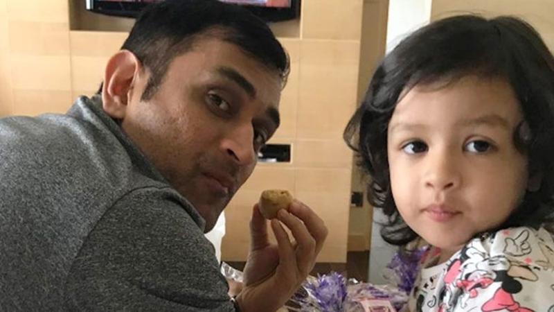 जन्मदिन पर जीवा ने महेंद्र सिंह धोनी को दिया ऐसा गिफ्ट, देख छलक पड़े माही की आँखों से आंसू 6