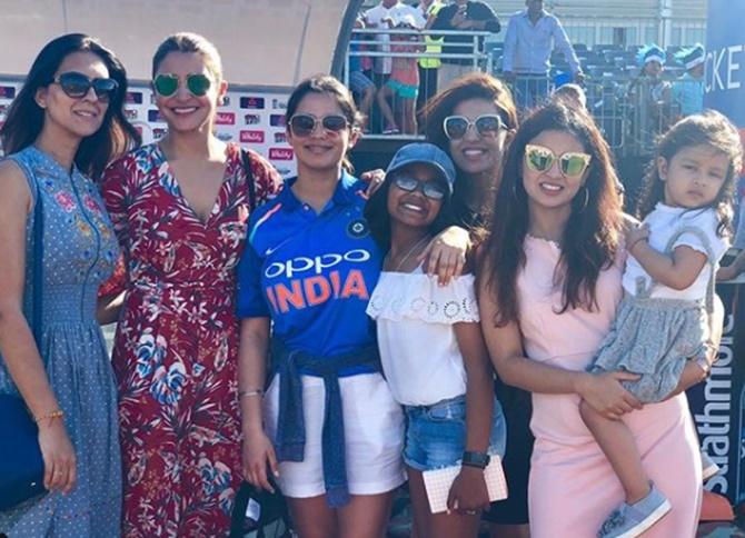 साक्षी-अनुष्का से लेकर प्रियंका रैना तक, इंग्लैंड में क्या कर रही हैं भारतीय क्रिकेटरों की पत्नियां, देखे तस्वीरे 11