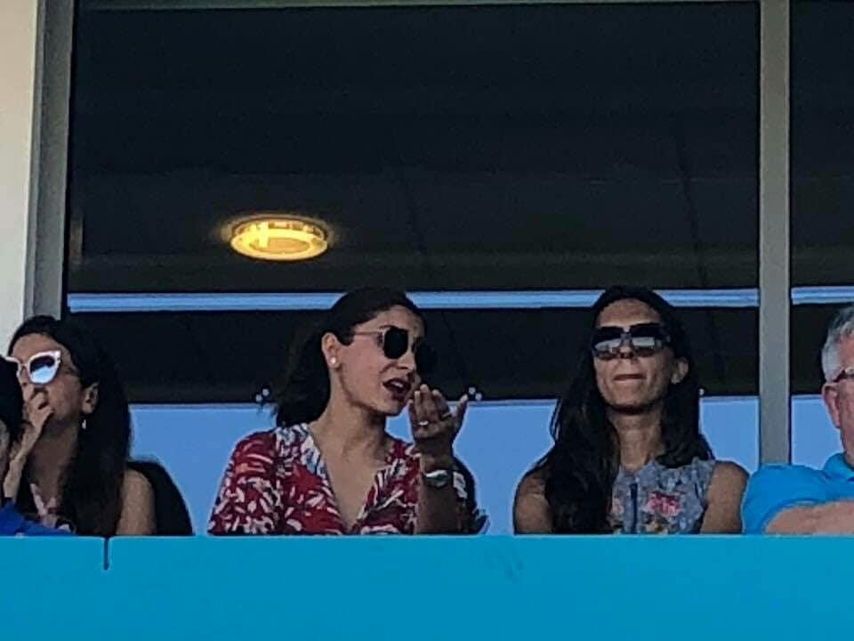 कल मैच के दौरान साक्षी धोनी और अनुष्का शर्मा करने लगी कुछ ऐसा रुक गयी कैमरामैन की आँखे, तस्वीरे हुई वायरल 2