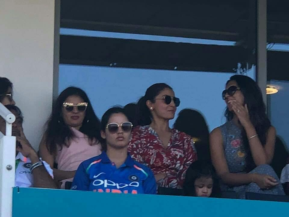 कल मैच के दौरान साक्षी धोनी और अनुष्का शर्मा करने लगी कुछ ऐसा रुक गयी कैमरामैन की आँखे, तस्वीरे हुई वायरल 5