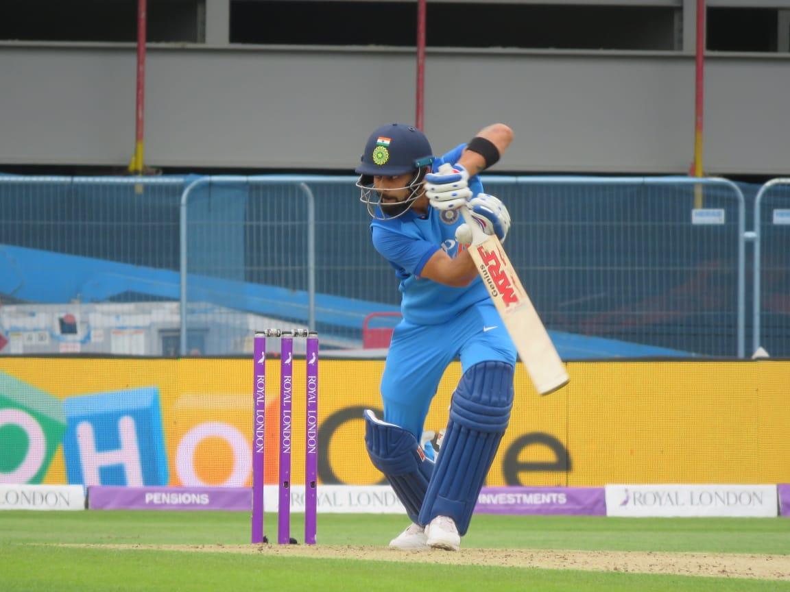 ENG vs IND: धीमी बल्लेबाज़ी की वजह से एक बार फिर से आलोचकों के निशाने पर आए धोनी, उठी टीम से बाहर करने की मांग 8