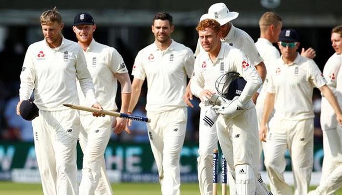 इंग्लैंड की टीम भारत के खिलाफ उतरते ...
