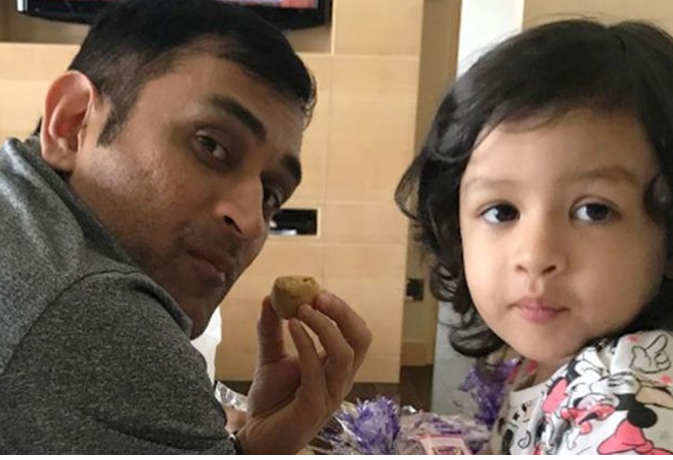 पापा महेंद्र सिंह धोनी के संन्यास पर बेटी जीवा धोनी ने किया बेहद ही भावुक पोस्ट 1