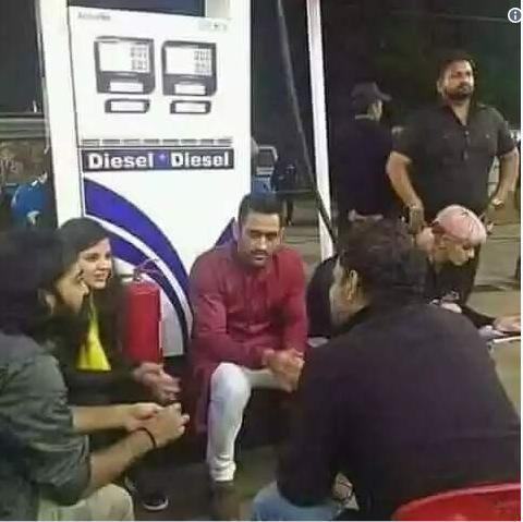 क्या धोनी ने भीलिया कांग्रेस के भारत बंद आन्दोलन में हिस्सा? पेट्रोल और डीजल की बढ़ती कीमतों पर जताया विरोध!