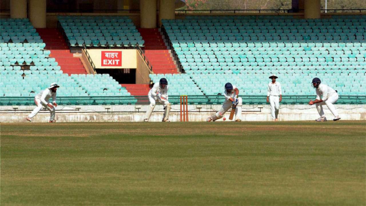 रणजी ट्रॉफी : इरफ़ान पठान के बाद अब युसूफ पठान ने भी मैदान पर मचाया गदर 12 चौकों और 4 छक्को की मदद से खेली तूफानी पारी 2