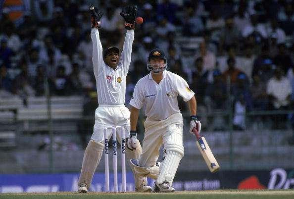 क्रिकेट में क्या होता है हैंडल द बॉल? ऐसा करने पर मिलती है ये सजा 12