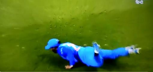 वीडियो: 14.6 ओवर में दिनेश कार्तिक का कैच देखकर पूरी दुनिया रह गई हैरान 1