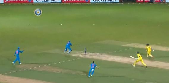 वीडियो : 15.2 ओवर में महेंद्र सिंह धोनी ने एक ही गेंद पर कर डाला दो ऑस्ट्रेलियाई खिलाड़ियों को रन आउट, वीडियो देख दंग रह जायेगे आप 2