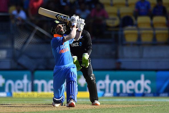 वीडियो : 14.5 ओवर में बड़ा शॉट खेलने के चक्कर में हार्दिक पांड्या के हाथ से छुटा बल्ला फिर हुआ कुछ ऐसा 1