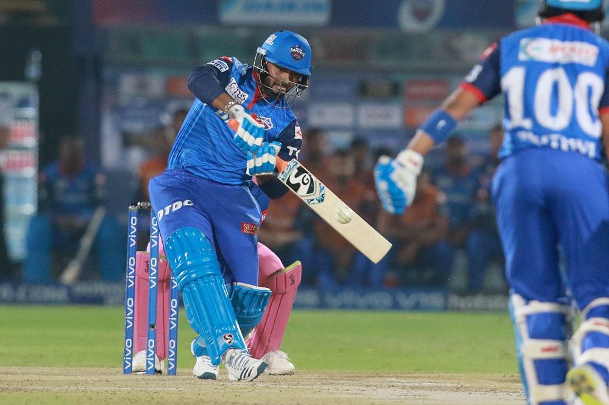 आईपीएल 2019 : दिल्ली कैपिटल्स के सीनियर खिलाड़ी ने गुस्से में खोया अपना आपा, ऋषभ पंत को मारी गेंद! 2