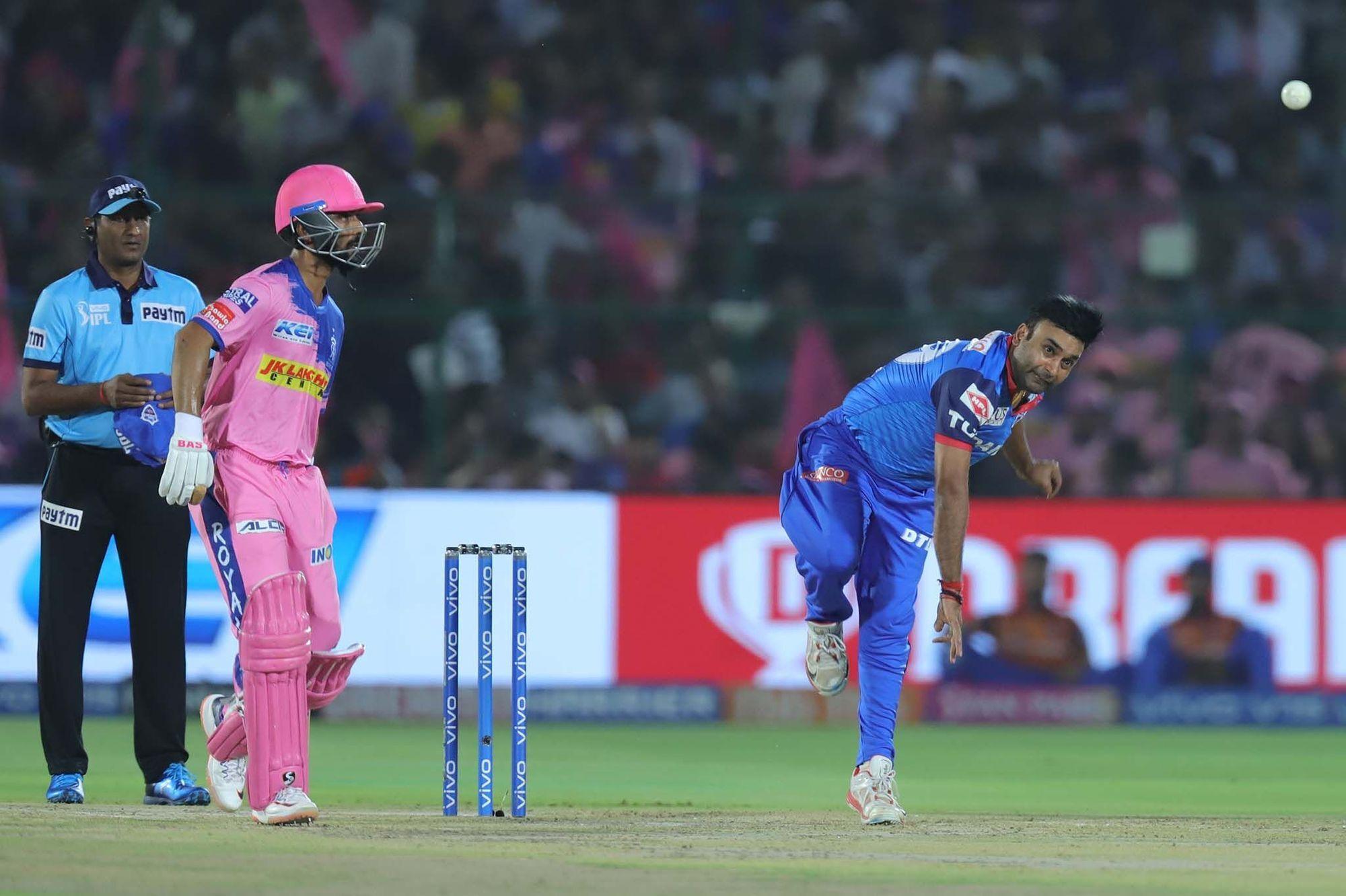 आईपीएल 2019 : दिल्ली कैपिटल्स के सीनियर खिलाड़ी ने गुस्से में खोया अपना आपा, ऋषभ पंत को मारी गेंद! 1