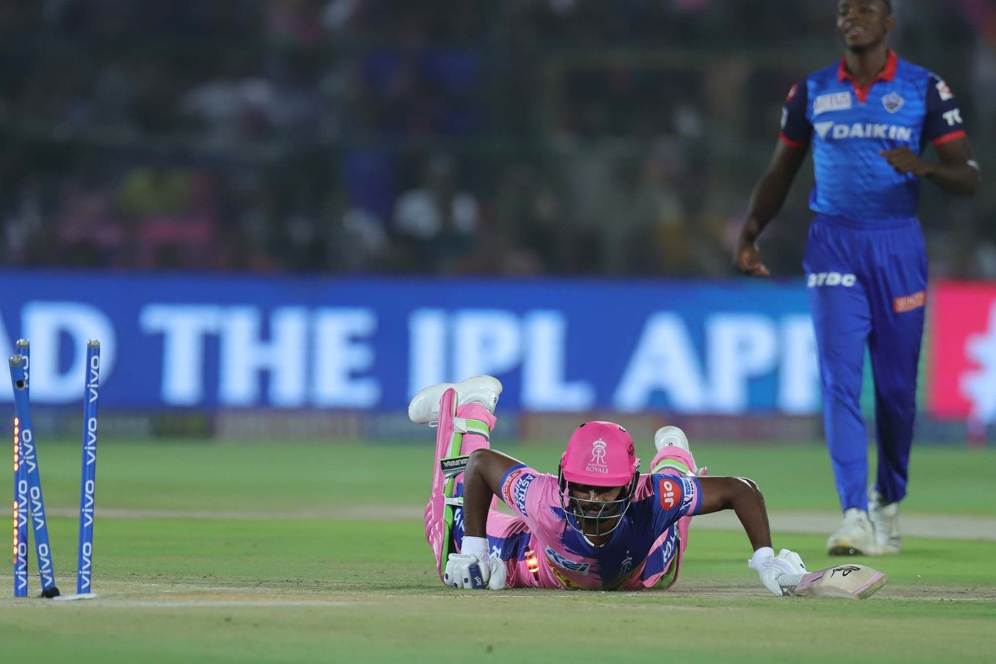 आईपीएल 2019: DC vs RR: 4.2 ओवर में अपनी इस बड़ी गलती के चलते रन आउट हुए संजू सैमसन, वीडियो देख नहीं रुकेगी आपकी हंसी 3