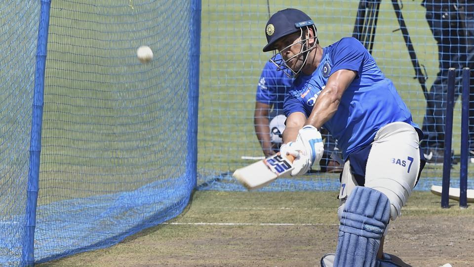 इन पांच गेंदबाजों के खिलाफ जमकर आग उगलेगा महेंद्र सिंह धोनी का बल्ला 1