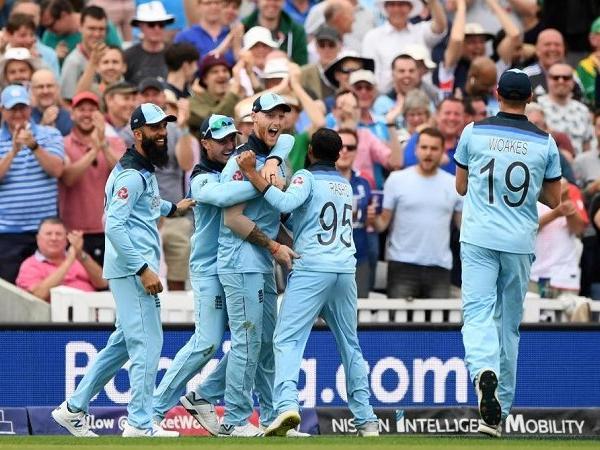 ऑस्ट्रेलिया के खिलाफ मैच से पहले अंग्रेजो की मदद कर रहे सचिन के बेटे अर्जुन तेंदुलकर 1