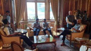 'बलिदान बैज' न हटाने पर अड़े महेंद्र सिंह धोनी, टीम इंडिया सहित भारतीय उच्चायुक्त से की मुलाकात 2