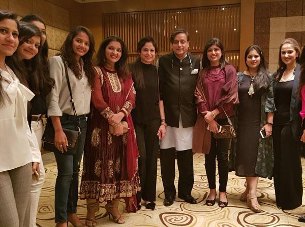 CWC19- शशि थरूर का पाकिस्तानी क्रिकेटर की बीवीयों के साथ वायरल तस्वीर की जाने सच्चाई 10