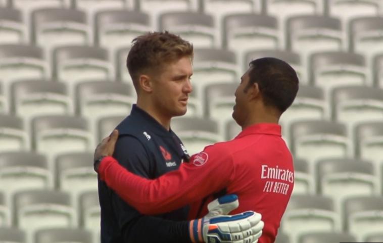 WATCH: विश्व कप फाइनल से पहले गले मिलते दिखे जेसन रॉय और कुमार धर्मसेना, सेमीफाइनल में दिया था गलत आउट 13