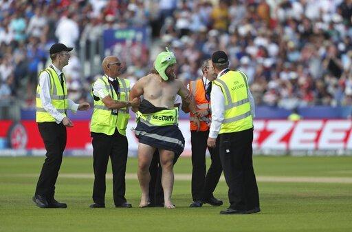 इंग्लैंड और न्यूज़ीलैंड मैच के दौरान न्यूड होकर मैदान पर घूसा प्रशंसक, पिच पर करने लगा डांस 6