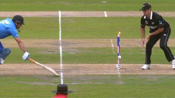 चीते की रफ्तार से दौड़ने वाले महेंद्र सिंह धोनी हैं एकमात्र बल्लेबाज़ जो सेमीफाइनल में हुए हैं 2 बार रन आउट 18