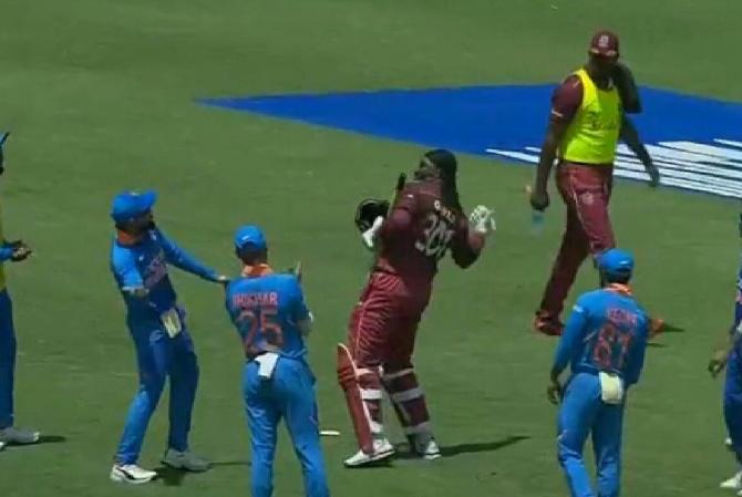 WATCH: भारतीय खिलाड़ियों ने क्रिस गेल को आउट होने के बाद ऐसे दी विदाई, संन्यास की अटकलें तेज तेज 2