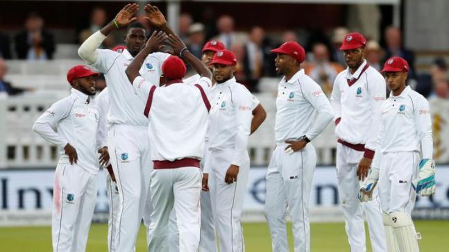 इंग्लैंड और वेस्टइंडीज के बीच पहला टेस्ट मैच शुरू होने से पहले घुटने के बल बैठे दोनों टीमों के खिलाड़ी, जाने वजह 2