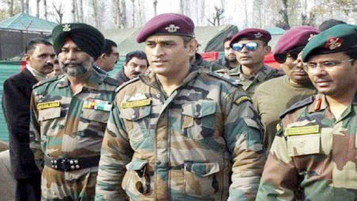 मोदी के मिशन कश्मीर में हीरो साबित हुए महेंद्र सिंह धोनी, लोगों ने कहा आतंक का भी है फिनिशर