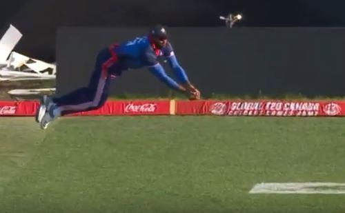 WATCH: मैदान पर फिर दिखा कीरोन पोलार्ड स्पेशल, हवा में उड़ते हुए लिया अद्भुत कैच 1