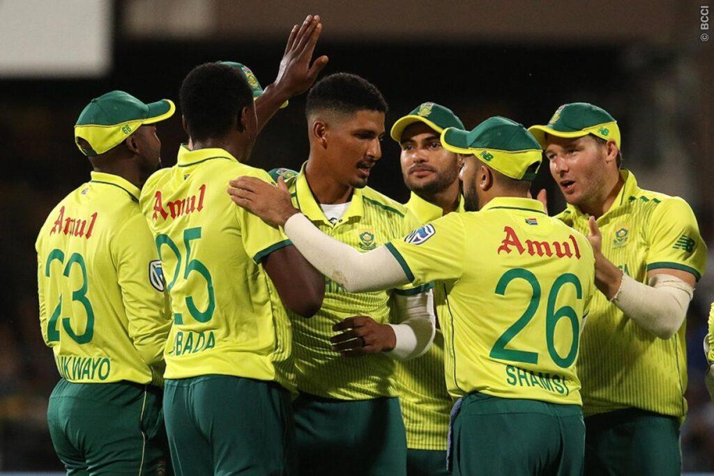 WATCH: दक्षिण अफ्रीकी खिलाड़ी से भिड़े विराट कोहली, मारा कंधा 3