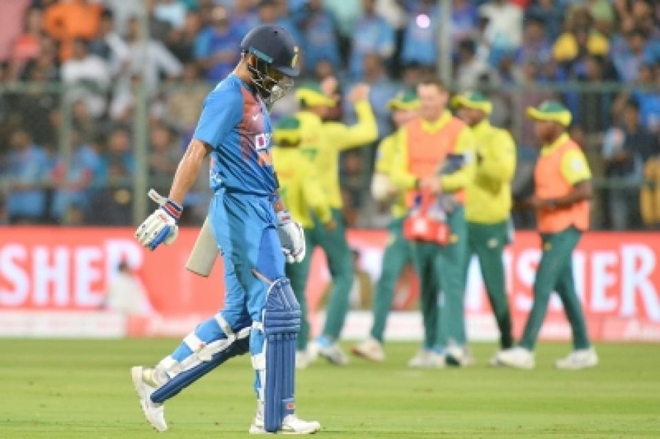 टीम इंडिया की खराब बल्लेबाजी देख विराट कोहली के सामने ही गुस्से में ये नारा लगाने लगे भारतीय प्रशंसक 1
