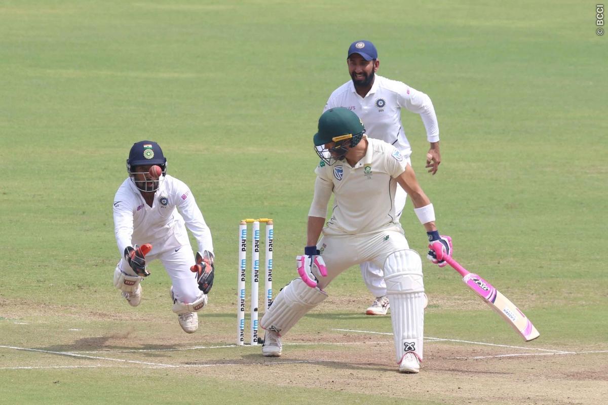 पुणे टेस्ट मैच में रिद्धीमान साहा की विकेटकीपिंग देख प्रशंसको ने ऋषभ पंत पर बनाये ऐसे मीम्स देख नहीं रुकेगी हंसी 1