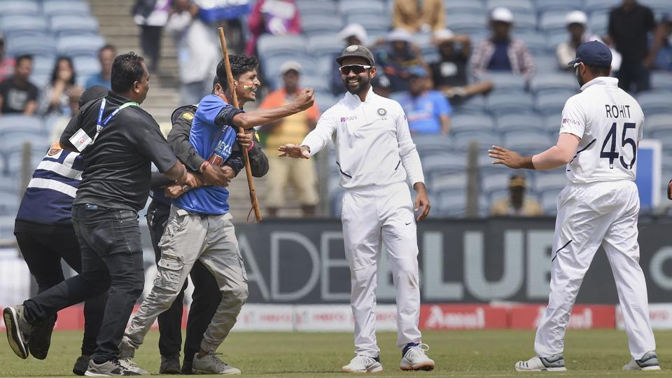 IND vs SA: मैच के दौरान रोहित शर्मा से मिलने सुरक्षा तोड़ मैदान में घुसा प्रशंसक, भड़के सुनील गावस्कर