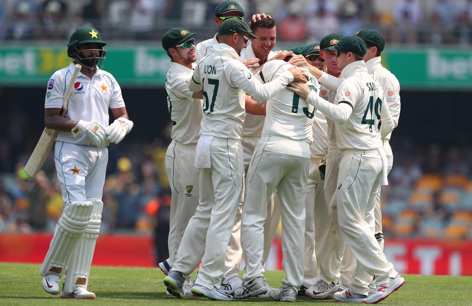 AUSvsPAK : मिचेल स्टार्क की शानदार गेंदबाजी के आगे पहले दिन पाकिस्तान की टीम 240 रन के स्कोर पर हुई आउट 1