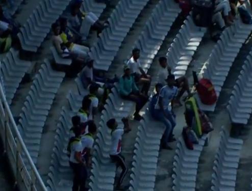 VIDEO : सैयद मुश्ताक अली ट्रॉफी के दौरान स्टैंड पर दर्शक ने पकड़ा ऐसा कैच, सभी लोग बजाने लगे तालियाँ 13