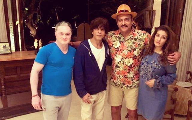 रवि शास्त्री ने बॉलीवुड दिग्गज शाहरुख खान और रवीना टंडन के साथ की फोटो को किया शेयर, तो माइकल वॉन ने किया ये रिप्लाई 1