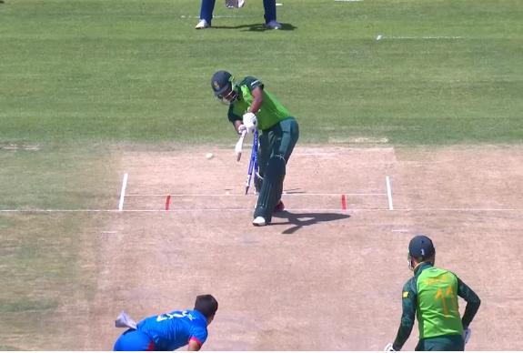 वीडियो : अफगानिस्तान को मिला तूफानी तेज गेंदबाज, गेंद लगने पर 7-8 गज पीछे जाता है स्टंप 3