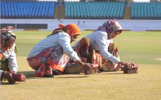 राजकोट मैच से पहले वायरल हुआ महिलाओं द्वारा क्रिकेट मैदान साफ करने का वीडियो, सौरव गांगुली का बना मजाक