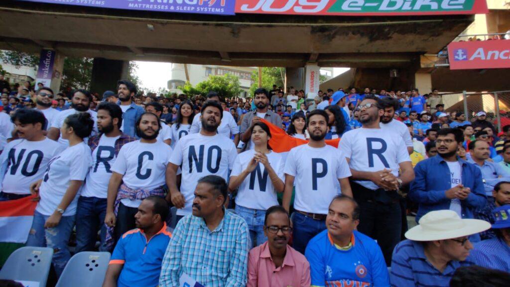 वानखेड़े स्टेडियम में मैच के दौरान एनआरसी और सीएए का विरोध, देखें फोटो 2