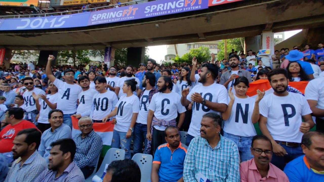 वानखेड़े स्टेडियम में मैच के दौरान एनआरसी और सीएए का विरोध, देखें फोटो 1