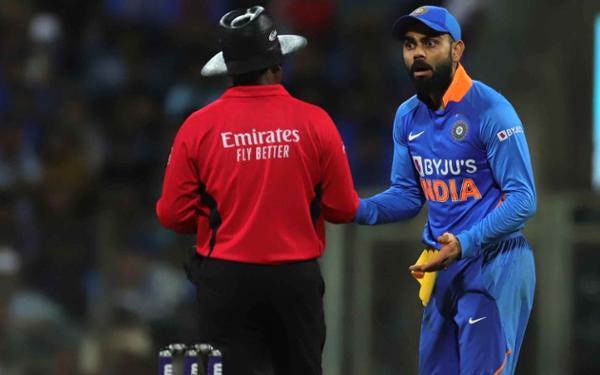 IND vs AUS- विकेट न मिलने से नाराज भारतीय कप्तान विराट कोहली अंपायर से भिड़े, देखें वीडियो 1