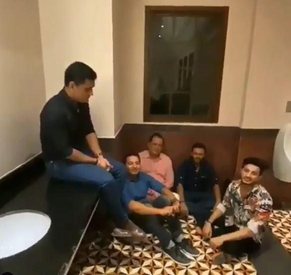वीडियो : बाथरूम के फर्श में बैठकर महेंद्र सिंह धोनी के साथी गाना गाते आए नजर, खुद माही करते रहे जज 5