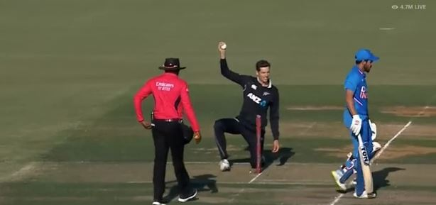 परफेक्ट थ्रो, मनीष पांडेय के क्रीज पर पहुंचने से बल्ले सैंटनर ने स्टंप पर मारी गेंद, फिर भी इस वजह से अंपायर ने दिया नॉट आउट 1