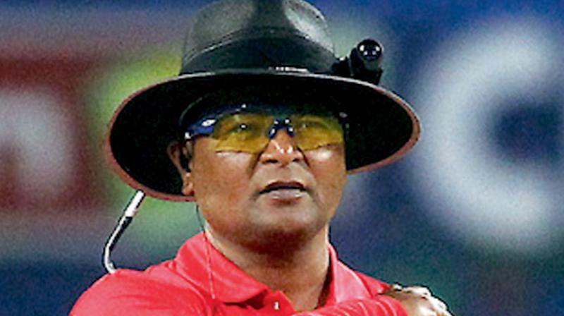 रणजी ट्रॉफी फाइनल मुकाबले में दिखा अजीब नजारा, एक ही अंपायर को दोनों छोर से करनी पड़ी अंपायरिंग 11
