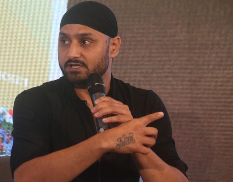 विराट कोहली पर भड़के हरभजन सिंह, कहा बर्बाद कर रहे हैं 20 साल के इस खिलाड़ी का करियर 11