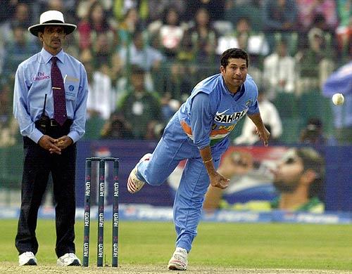 सचिन समेत इन 5 खिलाड़ियों ने एक ही मैच में स्पिन और तेज गेंदबाजी कर सभी को बनाया मुरीद 1