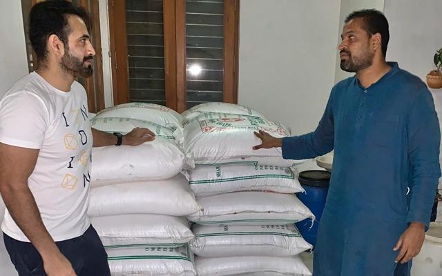 CORONAVIRUS: पठान बंधु एक बार फिर मदद को आए आगे मजदूरों में बांटे 10 हजार किलो चावल और आलू 9